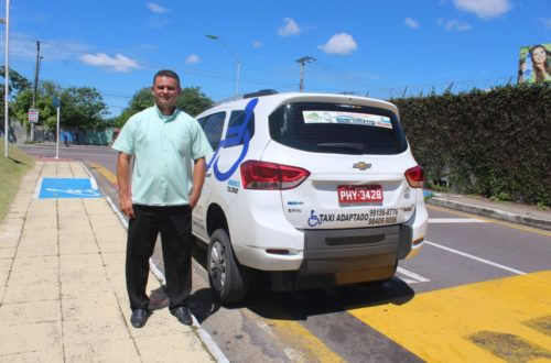 Taxista ao lado do carro adaptado