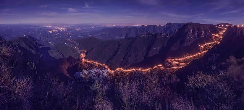 Vista panorâmica das curvas da Serra do Rio do Rastro em Bom Jardim da Serra iluminada