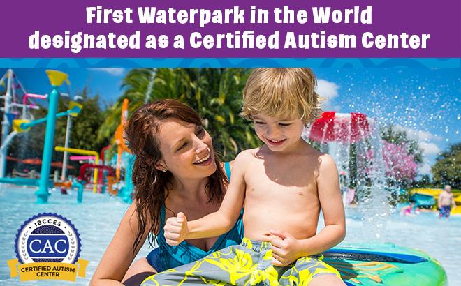Mulher na piscina segurando a bóia com a criança em cima e ao fundo os brinquedos aquáticos. Na parte superior o título da matéria em Inglês e no canto esquerdo o simbolo da certificação recebida.