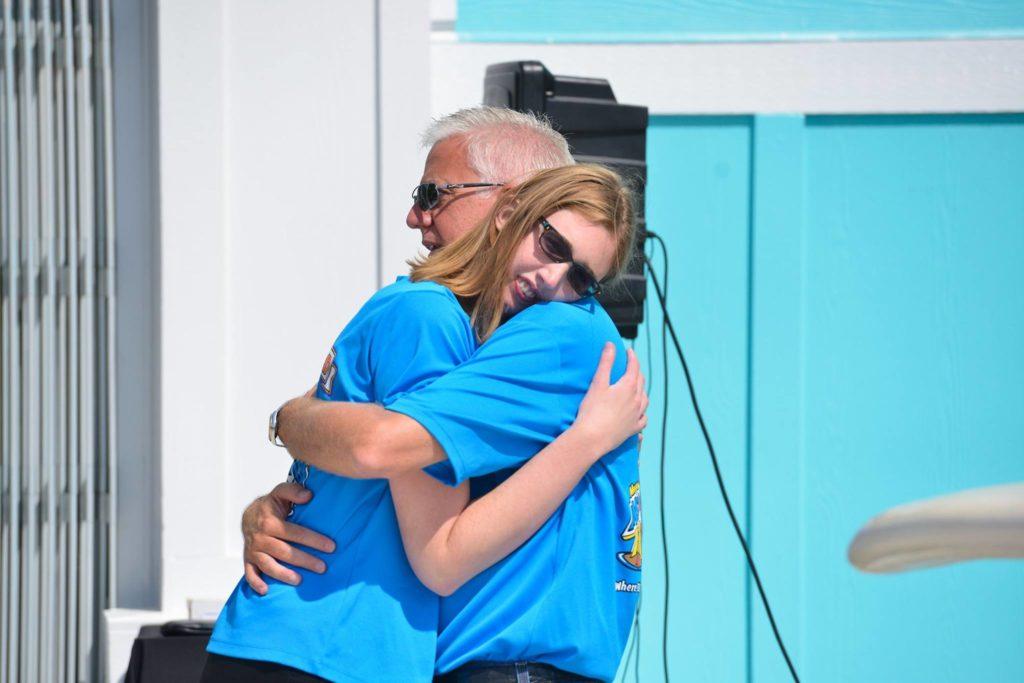 Sr Gordon e a filha Morgan abraçados
