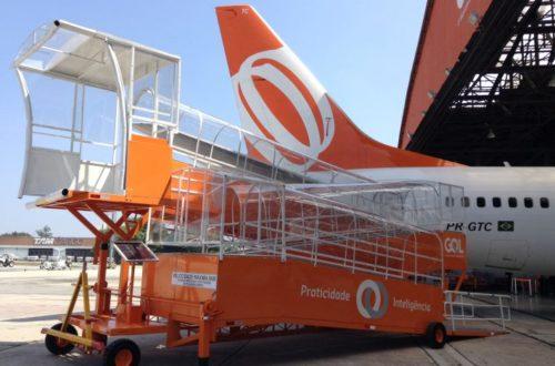 Rampa de acesso posicionada na porta traseira do avião