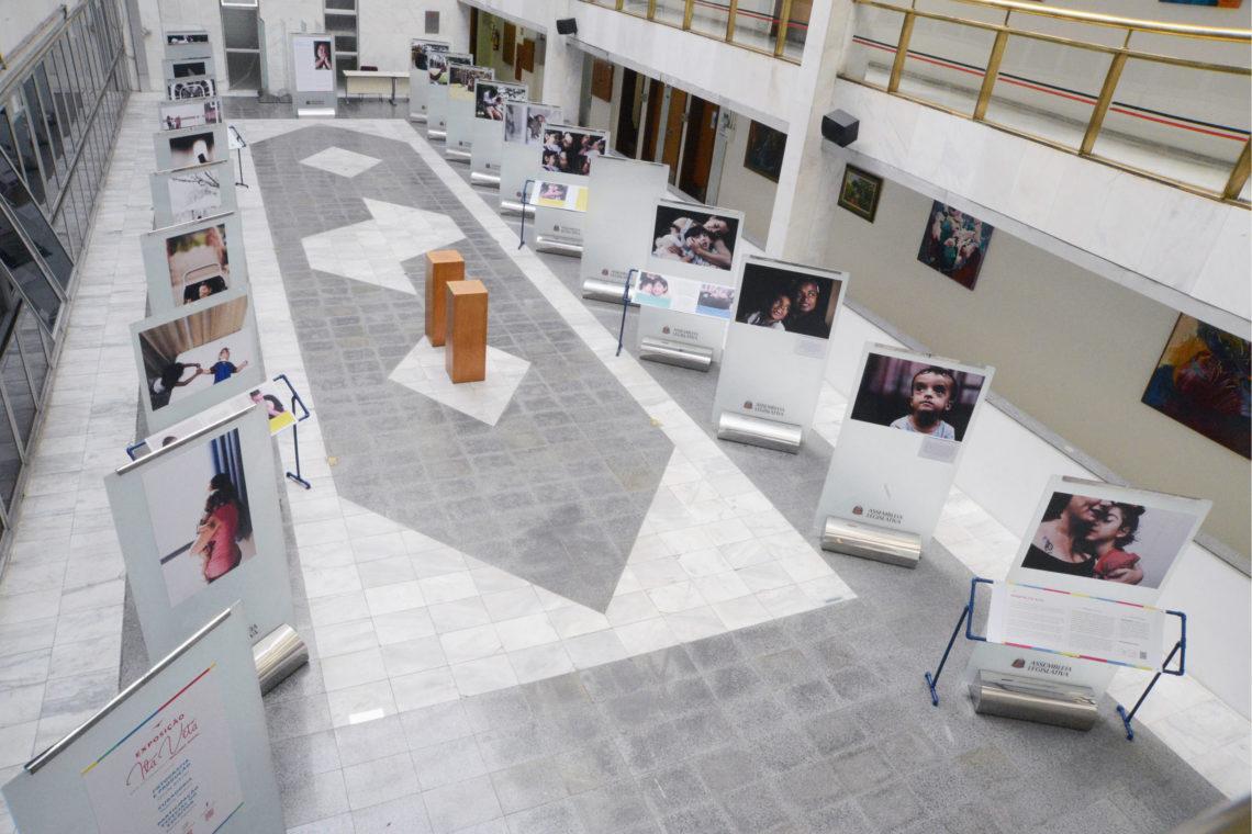 Foto com diversas imagens da exposição