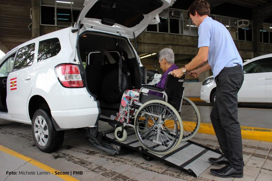 Cadeirante entrando no táxi
