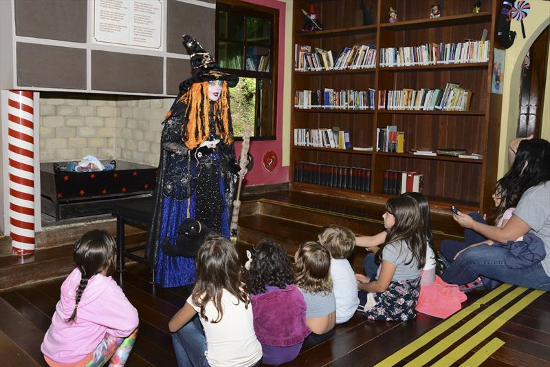 Crianças ouvindo histórias contada pela Bruxa na Casa Encantada