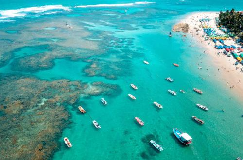 Foto panorâmica do mar com várias jangadas