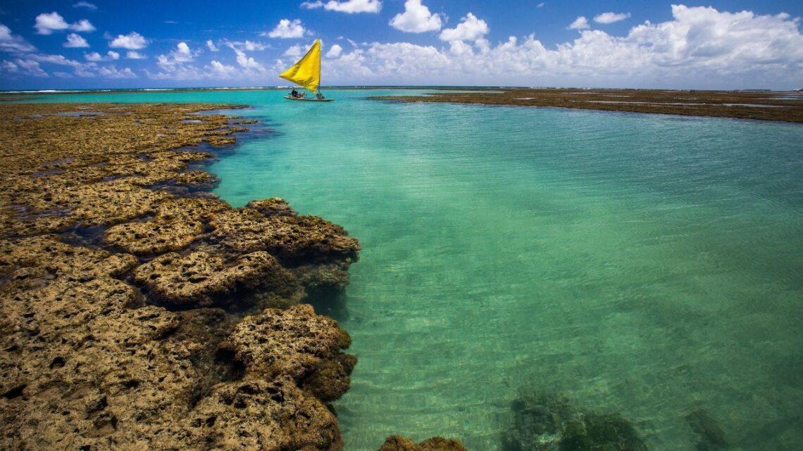 piscina natural com barco afastado