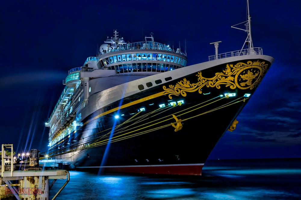 foto do navio aproximado à noite
