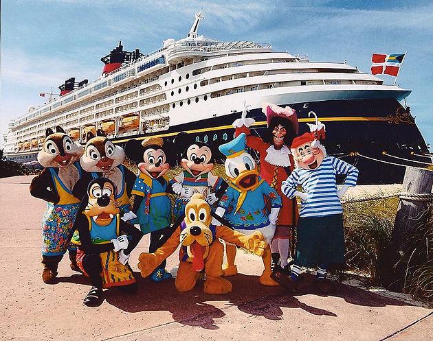 personagens Disney com o navio ao fundo