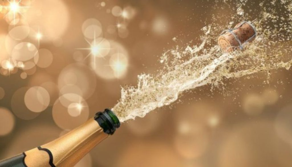 Garrafa de champagne estourando