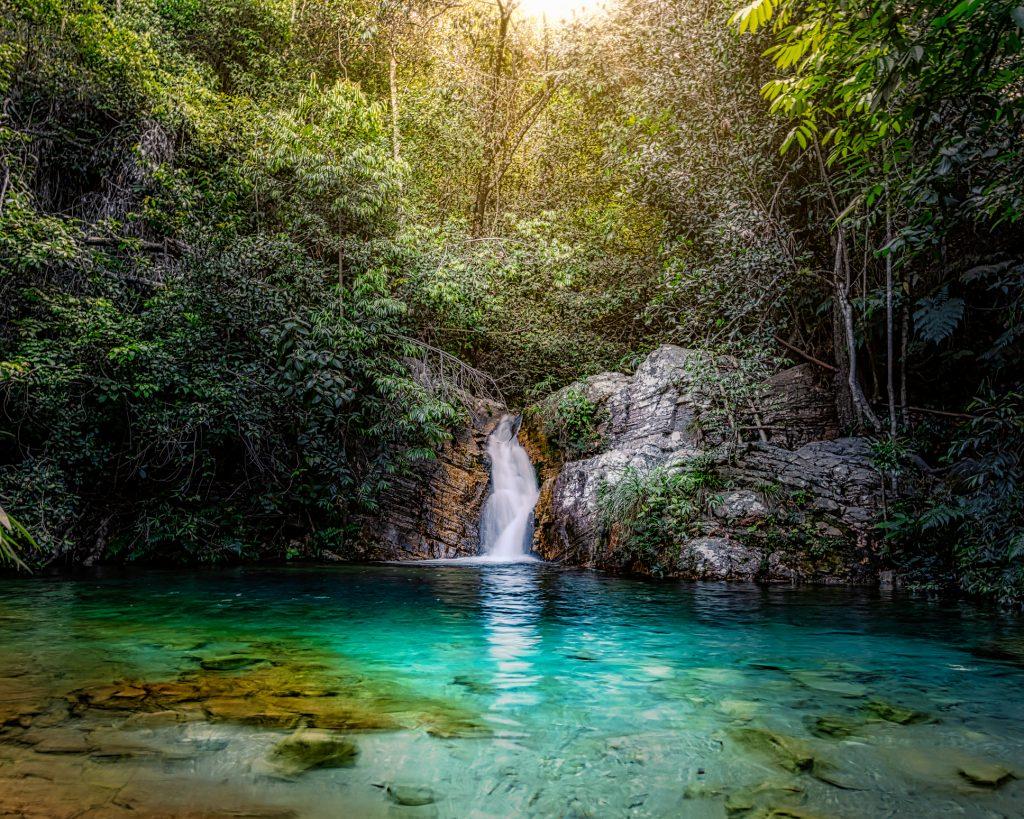 Cachoeira Santa Barbarinha vegetação e água azul turquesa