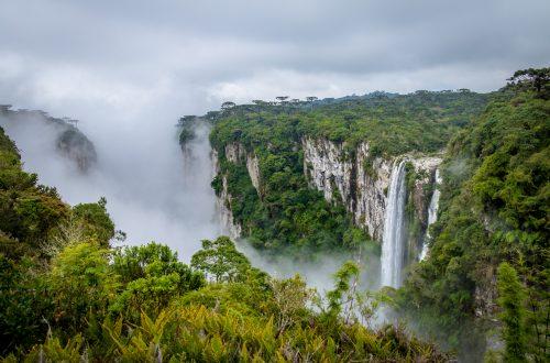 Cachoeira do canion do Itaimbezinho com nevoeiro
