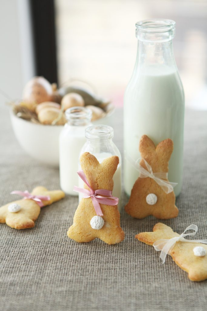 Biscoitos alemães no formato de coelho  e garrafa  com copos com leite