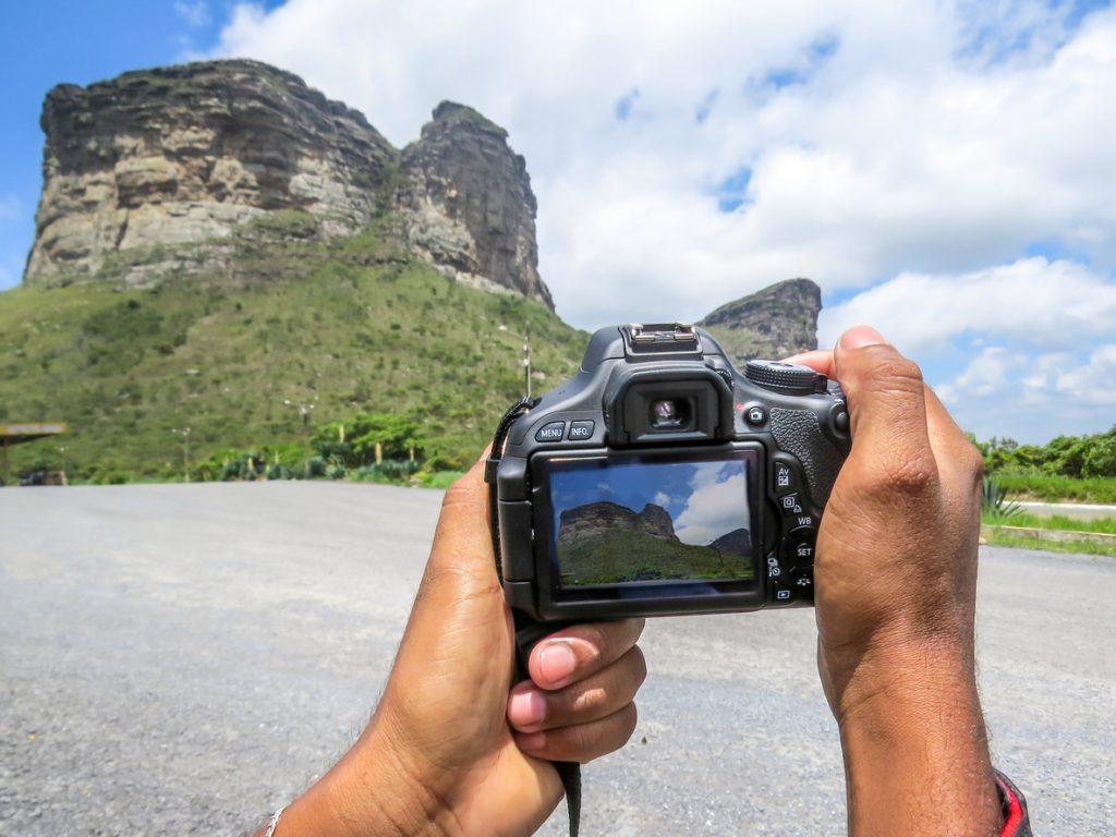 Foto tirada do ângulo da câmera que mostra na tela o morro do Pai Inácio