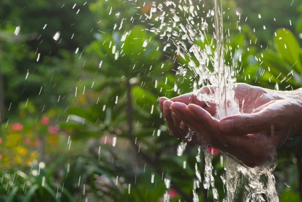 Efeito da água caindo nas mãos