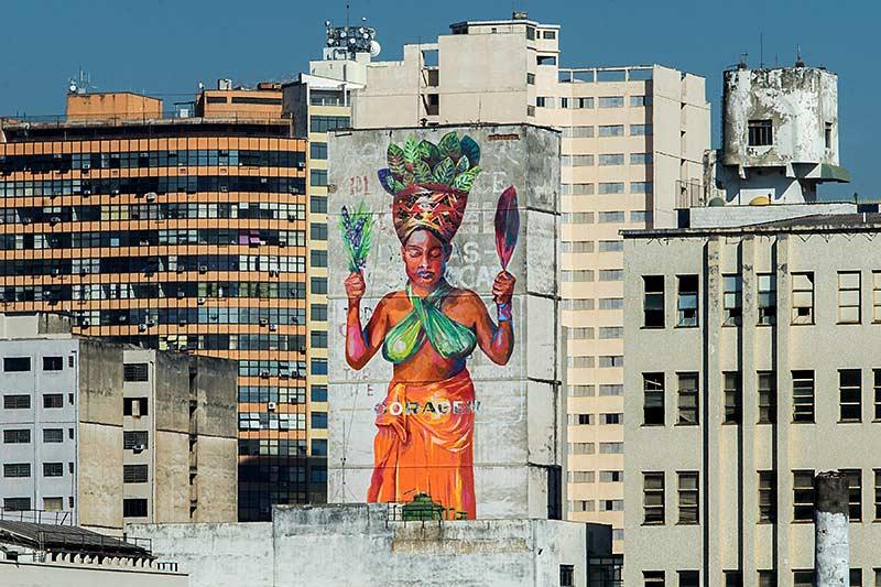 Obriada Priscila Amoni na fachada do prédio